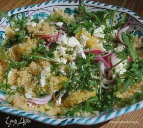 Салат из кускуса с апельсином, фетой и руколой