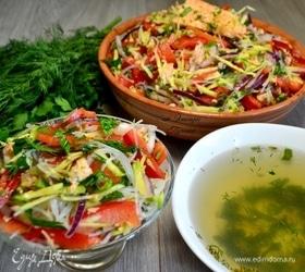 Салат с фунчозой и форелью