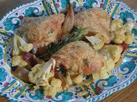 Куриные бедрышки, запеченные с овощами и сыром