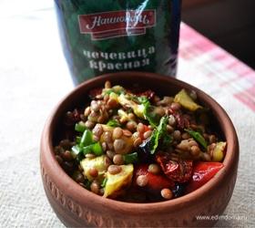 Салат с чечевицей и печеными овощами