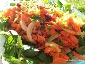 Морковный салат с яблоком, орехами и имбирем