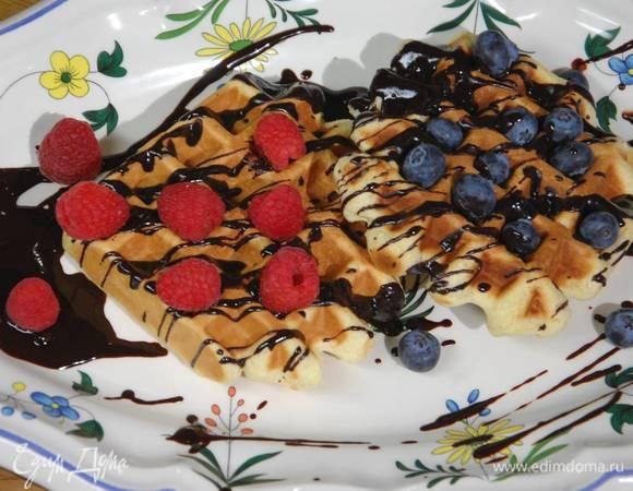 Шафранные вафли под шоколадным соусом