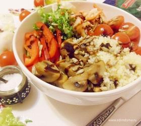 Боул с кускусом, грибами и креветками