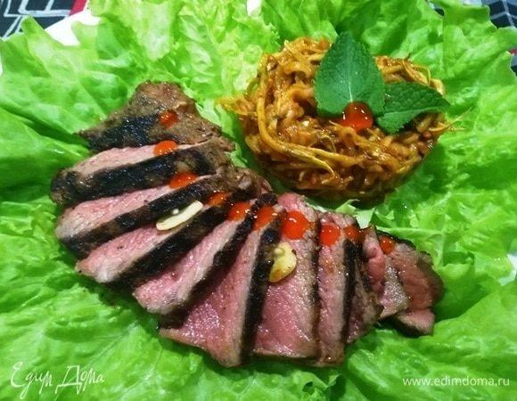 Стейк из говядины с лапшой из кабачка