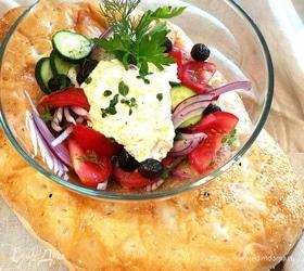 Греческий салат с заправкой из феты