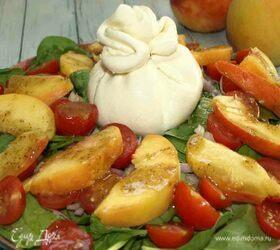 Салат из персиков, помидор черри и сыра буррата