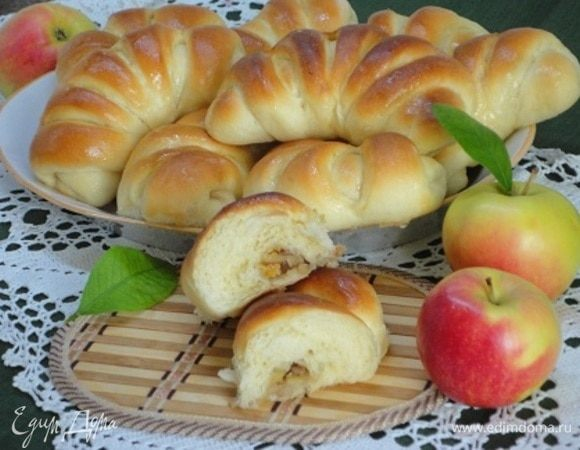 Булочки с яблоками и орехами