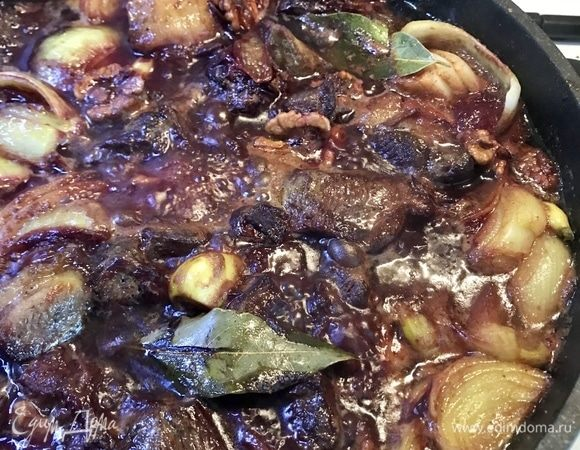 Ягнятина, тушенная со сливами и грецкими орехами