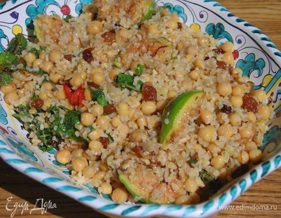 Теплый салат из булгура и нута с инжиром и грецкими орехами