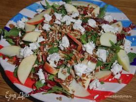 Теплый салат из гречки с яблоком и козьим сыром