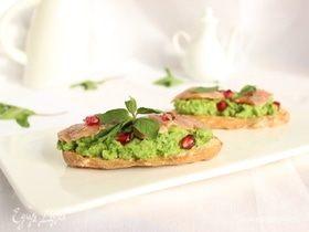 Брускетты с зеленым горошком, мятой и домашней слабосоленой горбушей
