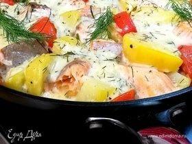 Горячая сковородочка с картофелем и лососем
