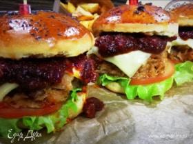 Бургер с курицей и беконом под соусом барбекю