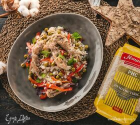Теплый салат из куриной грудки с рисом и овощами