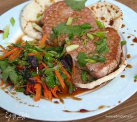 Стейки тунца с овощным салатом в азиатском стиле