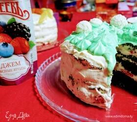 Бисквитный торт со шпинатом и свежими ягодами