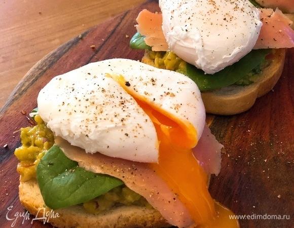 Тосты для завтрака с яйцом пашот и авокадо