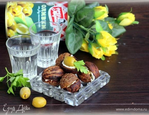 Острая закуска с оливками в хлебных орешках