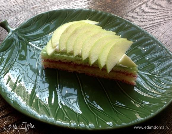 Вафельный торт с малиной и яблоком