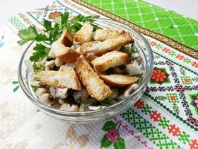 Салат из фасоли с сухариками