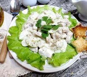 Рыбный салат с сельдереем под йогуртовой заправкой