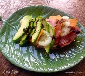 Сандвич из авокадо и семги