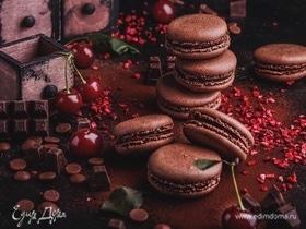 Шоколадные макарон с сублимированной вишней
