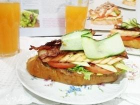 Бутерброд с семгой, авокадо и беконом