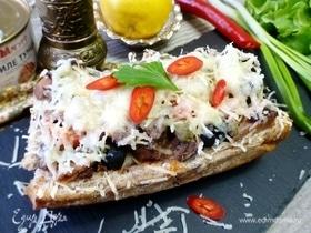 Горячий бутерброд с тунцом и каперсами