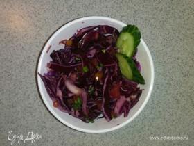 Салат из краснокочанной капусты и различных овощей