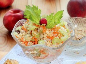 Рисовый салат с овощами и орешками
