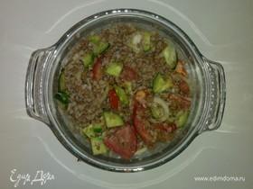 Салат с гречкой, тунцом и овощами