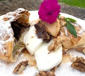 Яблочный пирог с маком и мороженым