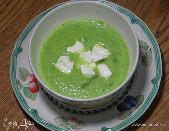 Зеленый суп из цукини с молодым чесноком и фетой