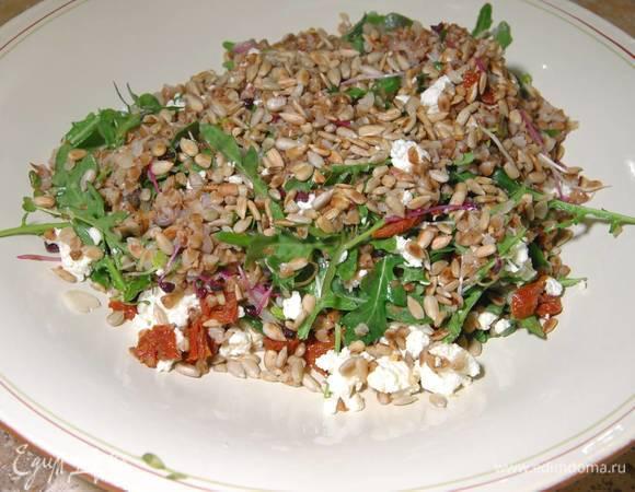 Салат из гречки с козьим сыром и вялеными помидорами