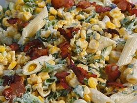 Салат из макарон с беконом, кукурузой и сметанной заправкой