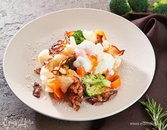 Теплый овощной салат с беконом и яйцом-пашот