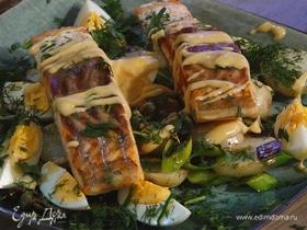 Теплый салат с картофелем, семгой, луком-пореем и каперсами