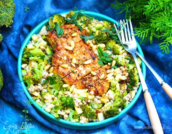 Теплый салат с курицей, брокколи и перловкой