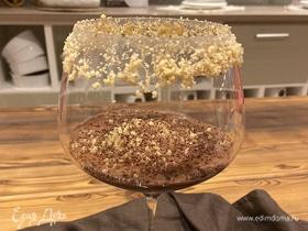 Шоколадный десерт с фундуком и сливками