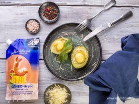 Авокадо, запеченное с яйцом и сыром
