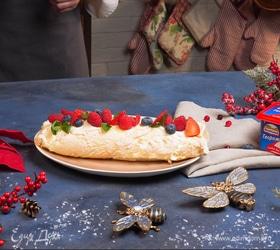 Меренговый рулет со свежими ягодами