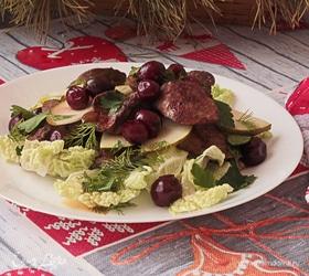 Теплый салат с куриной печенью, грушей и маринованной вишней
