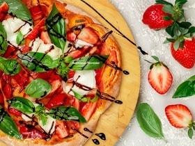 Пицца с клубникой и бурратой
