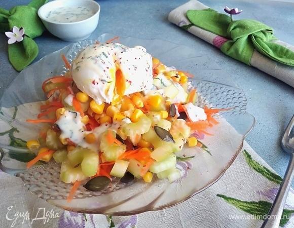 Салат с сельдереем, яйцом-пашот и заправкой из ряженки