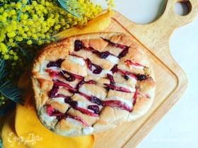 Хлеб с начинкой из моцареллы, салями и вяленой клюквы