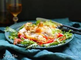 Салат с копченым палтусом, помидорами и беконом