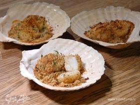 Морские гребешки, запеченные в сухарях и белом вине