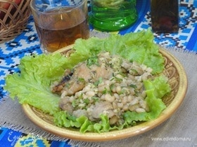 Куриные голени с фасолью и соусом песто из петрушки