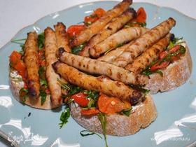 Брускетты с колбасками, сладким перцем и руколой